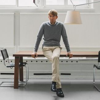 40 Jährige: Smart-Casual Outfits Herren 2020: Kombinieren Sie einen grauen Pullover mit einem Rundhalsausschnitt mit einer hellbeige Chinohose für ein sonntägliches Mittagessen mit Freunden. Fügen Sie schwarzen Leder Derby Schuhe für ein unmittelbares Style-Upgrade zu Ihrem Look hinzu.