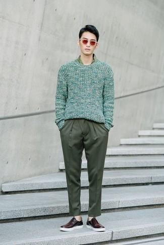 Sonnenbrille kombinieren – 500+ Herren Outfits: Kombinieren Sie einen mintgrünen Pullover mit einem Rundhalsausschnitt mit einer Sonnenbrille für einen entspannten Wochenend-Look. Putzen Sie Ihr Outfit mit dunkelroten Slip-On Sneakers aus Leder.