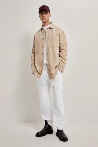 Herren Outfits 2020: Kombinieren Sie einen weißen Pullover mit einem Rundhalsausschnitt mit einer weißen Chinohose für ein sonntägliches Mittagessen mit Freunden. Komplettieren Sie Ihr Outfit mit schwarzen Chelsea Boots aus Leder, um Ihr Modebewusstsein zu zeigen.
