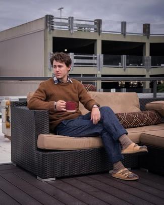 20 Jährige: Outfits Herren 2021: Vereinigen Sie einen braunen Pullover mit einem Rundhalsausschnitt mit einer dunkelblauen Chinohose für ein Alltagsoutfit, das Charakter und Persönlichkeit ausstrahlt. Warum kombinieren Sie Ihr Outfit für einen legereren Auftritt nicht mal mit beige Ledersandalen?