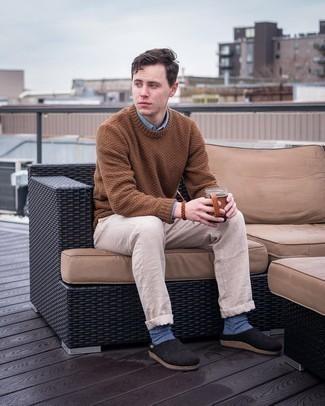 Blaue Socken kombinieren – 82 Herren Outfits: Für ein bequemes Couch-Outfit, kombinieren Sie einen braunen Pullover mit einem Rundhalsausschnitt mit blauen Socken. Fügen Sie schwarzen Segeltuch Slipper für ein unmittelbares Style-Upgrade zu Ihrem Look hinzu.