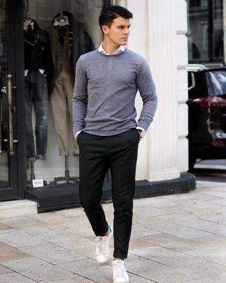 grauer Pullover mit einem Rundhalsausschnitt, weißes Langarmhemd, dunkelgrüne Chinohose, weiße und grüne Leder niedrige Sneakers für Herren