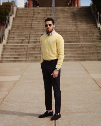 Schwarze Lederuhr kombinieren – 500+ Herren Outfits: Paaren Sie einen gelben Pullover mit einem Rundhalsausschnitt mit einer schwarzen Lederuhr für einen entspannten Wochenend-Look. Fühlen Sie sich mutig? Wählen Sie schwarzen Wildleder Slipper.