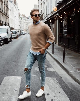 Wie kombinieren: beige Pullover mit einem Rundhalsausschnitt, hellblaues Langarmhemd, hellblaue enge Jeans mit Destroyed-Effekten, weiße niedrige Sneakers