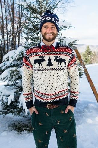 Dunkelblaue bedruckte Mütze kombinieren: trends 2020: Für ein bequemes Couch-Outfit, erwägen Sie das Tragen von einem weißen Pullover mit einem Rundhalsausschnitt mit Norwegermuster und einer dunkelblauen bedruckten Mütze.
