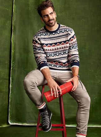Wie kombinieren: hellbeige Pullover mit einem Rundhalsausschnitt mit Fair Isle-Muster, weißes Langarmhemd, hellbeige Jeans, schwarze Lederarbeitsstiefel