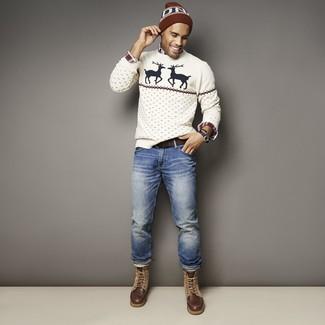 Wie kombinieren: weißer Pullover mit einem Rundhalsausschnitt mit Weihnachten Muster, weißes und rotes und dunkelblaues Langarmhemd mit Schottenmuster, blaue Jeans, dunkelbraune Lederfreizeitstiefel
