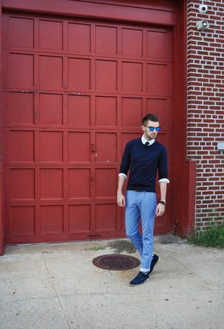 Blaue horizontal gestreifte Socken kombinieren: trends 2020: Halten Sie Ihr Outfit locker mit einem dunkelblauen Pullover mit einem Rundhalsausschnitt und blauen horizontal gestreiften Socken. Komplettieren Sie Ihr Outfit mit dunkelblauen Wildleder Derby Schuhen, um Ihr Modebewusstsein zu zeigen.
