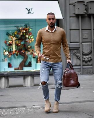 beige Pullover mit einem Rundhalsausschnitt, weißes Langarmhemd, hellblaue Jeans mit Destroyed-Effekten, hellbeige Chelsea-Stiefel aus Wildleder für Herren