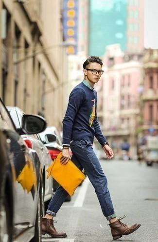 Dunkelbraune Brogue Stiefel aus Leder kombinieren: trends 2020: Erwägen Sie das Tragen von einem dunkelblauen bedruckten Pullover mit einem Rundhalsausschnitt und dunkelblauen Jeans für ein Alltagsoutfit, das Charakter und Persönlichkeit ausstrahlt. Fühlen Sie sich ideenreich? Komplettieren Sie Ihr Outfit mit dunkelbraunen Brogue Stiefeln aus Leder.