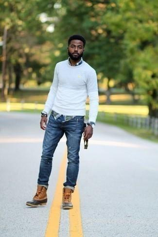 Herren Outfits & Modetrends 2020: lässige Outfits: Entscheiden Sie sich für Komfort in einem weißen Pullover mit einem Rundhalsausschnitt und blauen Jeans mit Destroyed-Effekten. Bringen Sie die Dinge durcheinander, indem Sie beige Winterschuhe mit diesem Outfit tragen.