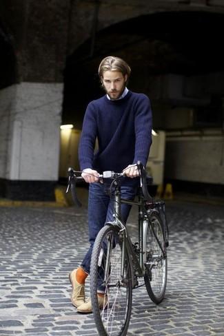 Wie kombinieren: dunkelblauer Pullover mit einem Rundhalsausschnitt, hellblaues Langarmhemd, dunkelblaue Jeans, hellbeige Wildleder Oxford Schuhe