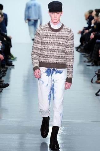 Wie kombinieren: brauner Pullover mit einem Rundhalsausschnitt mit Fair Isle-Muster, weißes Langarmhemd, weiße Jeans, schwarze Lederfreizeitstiefel