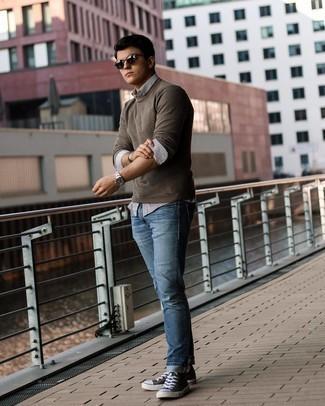 Turnschuhe kombinieren – 500+ Herren Outfits: Tragen Sie einen dunkelbraunen Pullover mit einem Rundhalsausschnitt und blauen Jeans für ein großartiges Wochenend-Outfit. Suchen Sie nach leichtem Schuhwerk? Vervollständigen Sie Ihr Outfit mit Turnschuhen für den Tag.