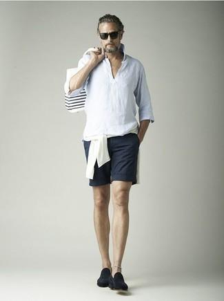 Herren Outfits & Modetrends 2020 für Sommer: Kombinieren Sie einen weißen Pullover mit einem Rundhalsausschnitt mit dunkelblauen Shorts, um mühelos alles zu meistern, was auch immer der Tag bringen mag. Fühlen Sie sich mutig? Entscheiden Sie sich für dunkelblauen Wildleder Slipper. Dieses Outfit eignet sich wunderbar für den Sommer.