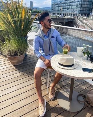 Weiße Shorts kombinieren – 308 Herren Outfits: Vereinigen Sie einen grauen Pullover mit einem Rundhalsausschnitt mit weißen Shorts für ein großartiges Wochenend-Outfit. Fühlen Sie sich mutig? Vervollständigen Sie Ihr Outfit mit beige Wildleder Slippern mit Quasten.