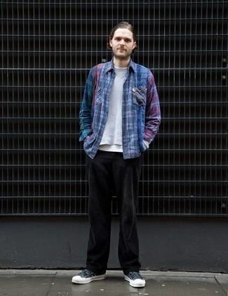 Dunkelblaues und grünes Langarmhemd mit Schottenmuster kombinieren – 246 Herren Outfits: Vereinigen Sie ein dunkelblaues und grünes Langarmhemd mit Schottenmuster mit einer schwarzen Cord Chinohose, um einen lockeren, aber dennoch stylischen Look zu erhalten. Dunkelblaue Segeltuch niedrige Sneakers sind eine großartige Wahl, um dieses Outfit zu vervollständigen.