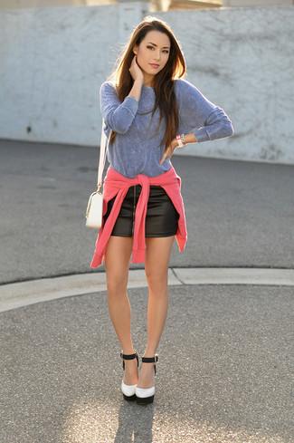 Wie kombinieren: fuchsia Pullover mit einem Rundhalsausschnitt, hellblaues Langarmshirt, schwarzer Leder Minirock, weiße und schwarze Leder Pumps
