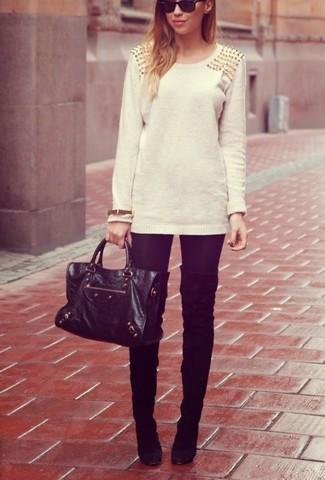 2b6b6775c1e7 Wie kombinieren  hellbeige verzierter Pullover mit einem Rundhalsausschnitt,  schwarze Leggings, schwarze Overknee Stiefel