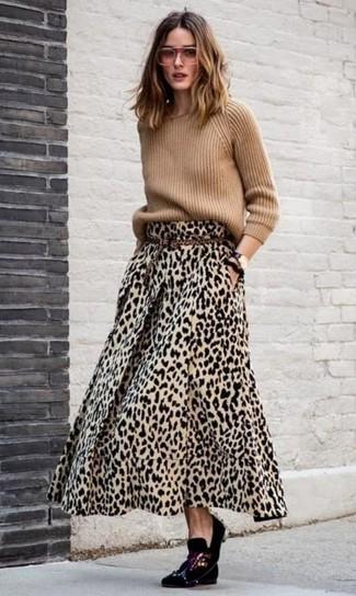 Wie kombinieren: beige Pullover mit einem Rundhalsausschnitt, beige Maxirock mit Leopardenmuster, schwarze verzierte Samt Slipper, beige Wildledergürtel mit Leopardenmuster