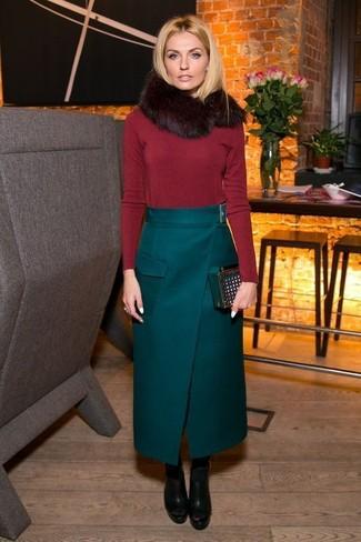 Wie kombinieren: roter Pullover mit einem Rundhalsausschnitt, dunkelgrüner Maxirock, schwarze klobige Leder Stiefeletten, dunkelgrüne Wildleder Clutch