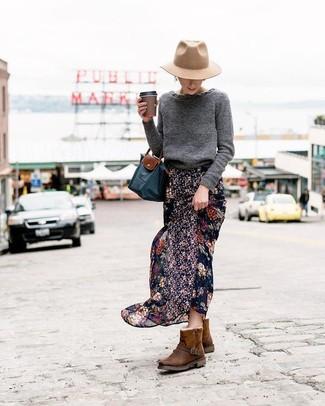 Hellbeige Wollhut kombinieren: trends 2020: Um ein lässiges Outfit zu schaffen, vereinigen Sie einen dunkelgrauen Pullover mit einem Rundhalsausschnitt mit einem hellbeige Wollhut. Warum kombinieren Sie Ihr Outfit für einen legereren Auftritt nicht mal mit dunkelbraunen Ugg Stiefeln?