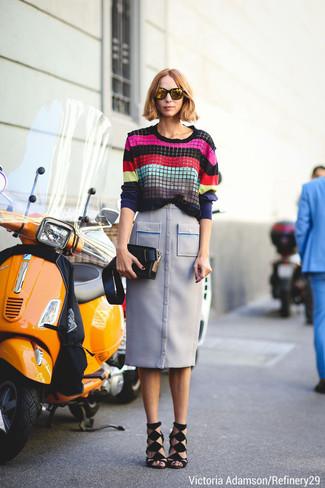 mehrfarbiger horizontal gestreifter Pullover mit einem Rundhalsausschnitt, hellblauer Bleistiftrock, schwarze Wildleder Sandaletten, schwarze Leder Clutch für Damen