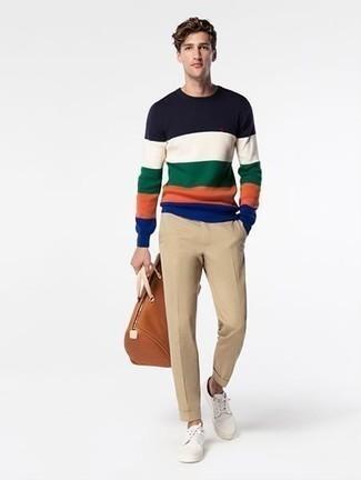 Mehrfarbigen Pullover mit einem Rundhalsausschnitt kombinieren: trends 2020: Tragen Sie einen mehrfarbigen Pullover mit einem Rundhalsausschnitt und eine beige Chinohose, um mühelos alles zu meistern, was auch immer der Tag bringen mag. Wenn Sie nicht durch und durch formal auftreten möchten, vervollständigen Sie Ihr Outfit mit weißen Segeltuch niedrigen Sneakers.
