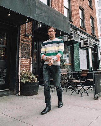 Wie kombinieren: mehrfarbiger horizontal gestreifter Pullover mit einem Rundhalsausschnitt, dunkelgraue enge Jeans mit Destroyed-Effekten, schwarze Chelsea-Stiefel aus Leder, schwarze Lederuhr