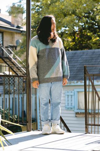Mehrfarbigen Pullover mit einem Rundhalsausschnitt kombinieren – 48 Herren Outfits: Vereinigen Sie einen mehrfarbigen Pullover mit einem Rundhalsausschnitt mit hellblauen Jeans für ein großartiges Wochenend-Outfit. Ergänzen Sie Ihr Look mit weißen Segeltuch niedrigen Sneakers.