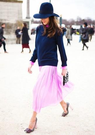 Wie kombinieren: dunkelblauer Pullover mit einem Rundhalsausschnitt, rosa Midikleid aus Chiffon, graue Leder Pumps, schwarze verzierte Leder Clutch