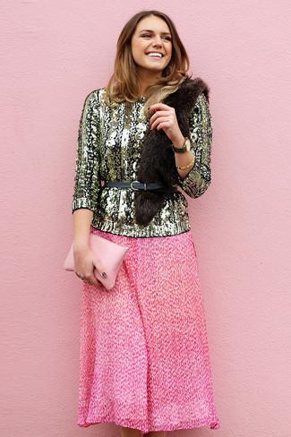 Wie kombinieren: goldener Paillette Pullover mit einem Rundhalsausschnitt, fuchsia Falten Midirock, rosa Leder Clutch, schwarzer Leder Taillengürtel