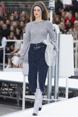 Wie kombinieren: silberner Pullover mit einem Rundhalsausschnitt, dunkelblauer Strick Midirock, silberne kniehohe Stiefel aus Leder, silberne Leder Clutch
