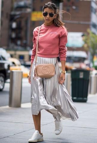 Wie kombinieren: rosa Pullover mit einem Rundhalsausschnitt, silberner Falten Midirock, weiße Leder niedrige Sneakers, hellbeige Leder Umhängetasche