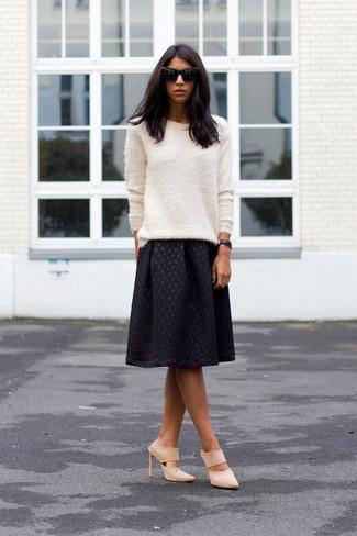 Schwarze Leder Uhr kombinieren: trends 2020: Tragen Sie einen weißen flauschigen Pullover mit einem Rundhalsausschnitt und eine schwarze Leder Uhr, um sich selbstbewusst zu fühlen und cool auszusehen. Fühlen Sie sich mutig? Komplettieren Sie Ihr Outfit mit hellbeige Wildleder Pantoletten.