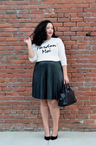 Silberne Halskette kombinieren: trends 2020: Erwägen Sie das Tragen von einem weißen und schwarzen bedruckten Pullover mit einem Rundhalsausschnitt und einer silbernen Halskette für einen schönen super lässigen City-Look. Schwarze Wildleder Pumps sind eine großartige Wahl, um dieses Outfit zu vervollständigen.