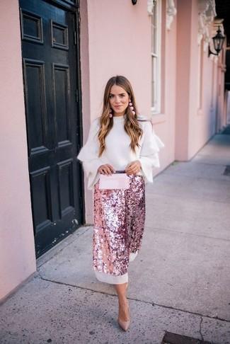 Wie kombinieren: weißer Pullover mit einem Rundhalsausschnitt mit Rüschen, rosa Midirock aus Paillette, beige Leder Pumps, rosa Leder Clutch