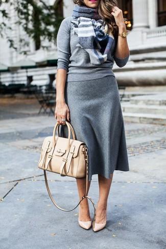 Wie kombinieren: grauer Pullover mit einem Rundhalsausschnitt, grauer Wollmidirock, hellbeige Leder Pumps, hellbeige Satchel-Tasche aus Leder