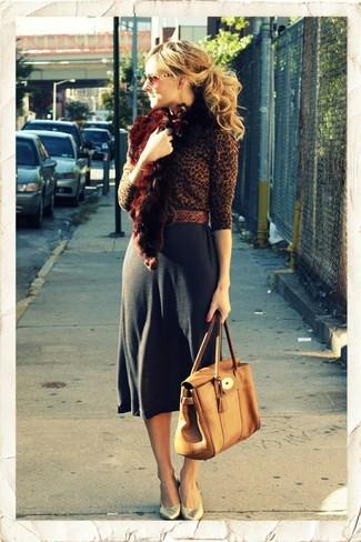 Wie kombinieren: brauner Pullover mit einem Rundhalsausschnitt mit Leopardenmuster, dunkelgrauer Midirock, goldene Leder Pumps, beige Satchel-Tasche aus Leder