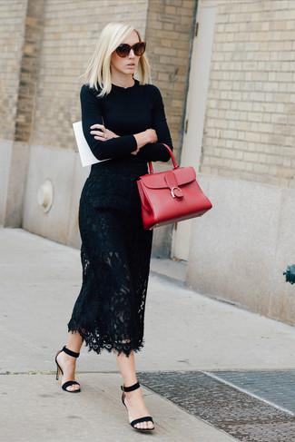 Wie kombinieren: schwarzer Pullover mit einem Rundhalsausschnitt, schwarzer Midirock aus Spitze, schwarze Wildleder Sandaletten, rote Satchel-Tasche aus Leder