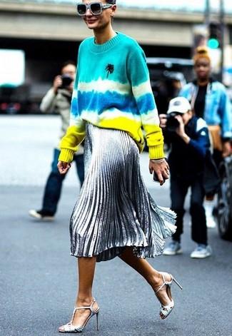 Wie kombinieren: mehrfarbiger Mit Batikmuster Pullover mit einem Rundhalsausschnitt, silberner Midirock mit Falten, silberne Leder Sandaletten, hellblaue Sonnenbrille