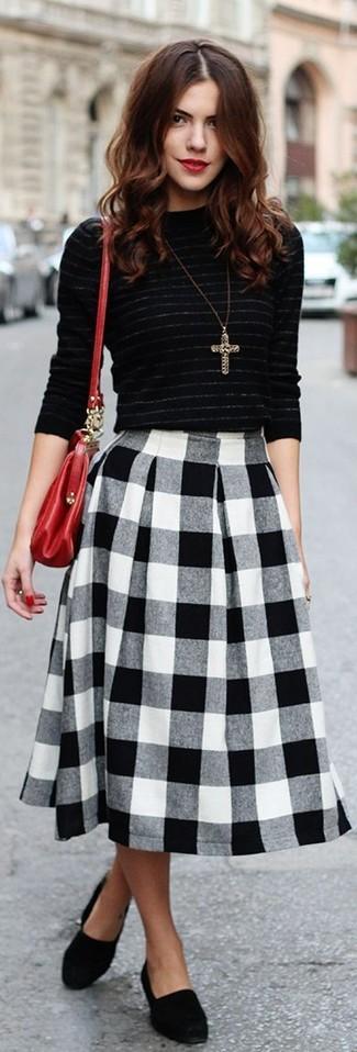 Wie kombinieren: schwarzer horizontal gestreifter Pullover mit einem Rundhalsausschnitt, schwarzer und weißer Midirock mit Vichy-Muster, schwarze Wildleder Slipper, rote Leder Umhängetasche