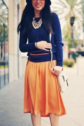Wie kombinieren: dunkelblauer Pullover mit einem Rundhalsausschnitt, orange Falten Midirock, weiße Leder Umhängetasche, schwarzer Wollhut