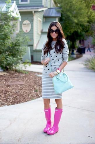 Wie kombinieren: grauer gepunkteter Pullover mit einem Rundhalsausschnitt, grauer horizontal gestreifter Minirock, fuchsia Gummistiefel, hellblaue Satchel-Tasche aus Leder