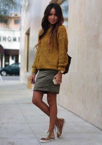 Wie kombinieren: brauner flauschiger Pullover mit einem Rundhalsausschnitt, olivgrüner Minirock, beige hohe Sneakers mit Leopardenmuster, goldene Uhr