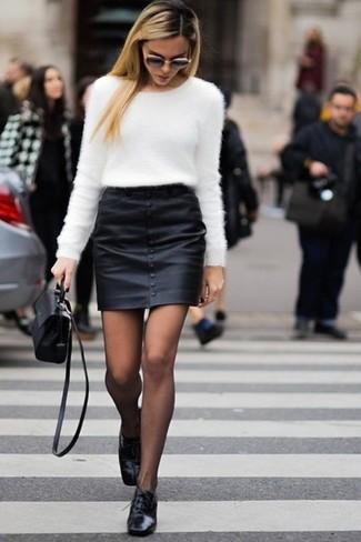 Schwarze Leder Oxford Schuhe kombinieren: trends 2020: Diese Kombi aus einem weißen flauschigen Pullover mit einem Rundhalsausschnitt und einem schwarzen Leder Minirock bietet die richtige Balance zwischen Funktion und Stil. Komplettieren Sie Ihr Outfit mit schwarzen Leder Oxford Schuhen, um Ihr Modebewusstsein zu zeigen.