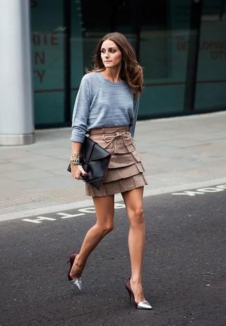 Wie kombinieren: grauer Pullover mit einem Rundhalsausschnitt, brauner Leder Minirock, silberne Leder Pumps, schwarze Leder Clutch