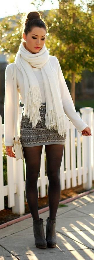 Wie kombinieren: weißer Pullover mit einem Rundhalsausschnitt, grauer Minirock mit Fair Isle-Muster, dunkelgraue Wildleder Stiefeletten, weiße Leder Umhängetasche