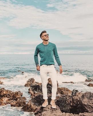 Wie kombinieren: mintgrüner Pullover mit einem Rundhalsausschnitt, weiße enge Jeans, beige Wildleder niedrige Sneakers, silberne Uhr