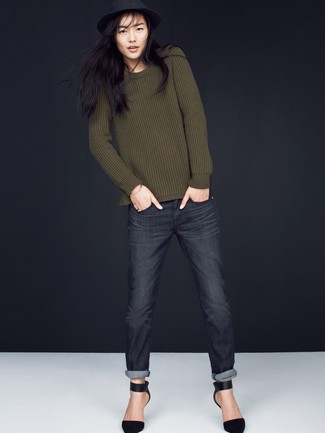 Wie kombinieren: olivgrüner Pullover mit einem Rundhalsausschnitt, dunkelgraue Jeans, schwarze Wildleder Pumps, schwarzer Wollhut